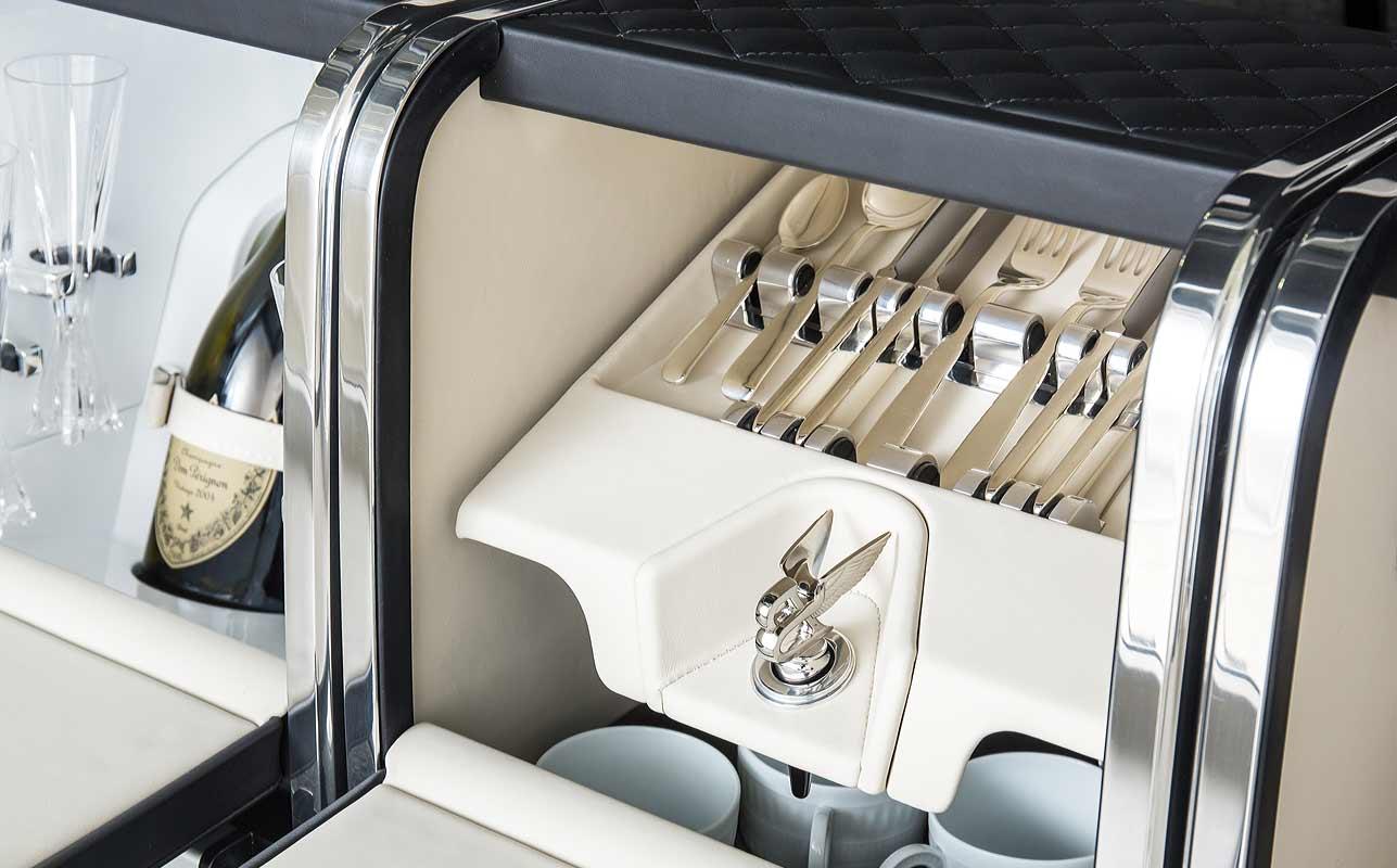 Picknickset im Kofferraum des Bentley Bentayga