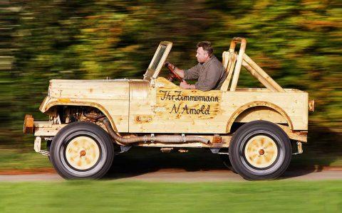 Holz Jeep fahrend draussen