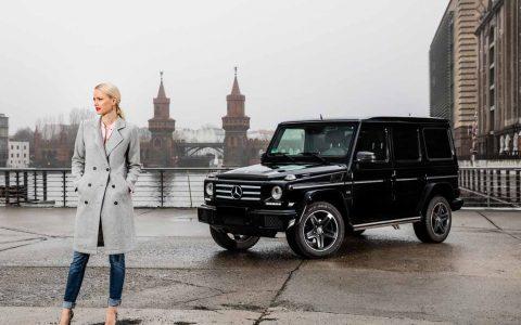 Franziska Knuppe mit ihrem schwarzen Mercedes G