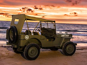 Willys MB am Strand bei Sonnenuntergang