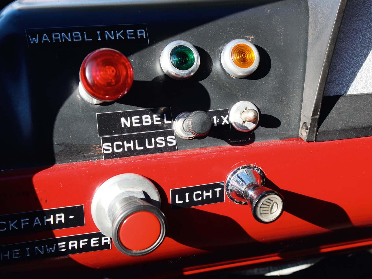 Wirklich geordnet sieht die Knopfsammlung im Transit nicht aus. Kein Wunder: Es war einst ein reines Arbeitstier. Die Beschriftungen hat Ford Classic später hinzugefügt.