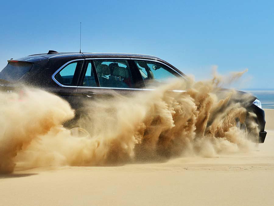 Route durch hohe Dünenausläufer der Namibwüste (eine der wenigen Küstenwüsten der Welt).