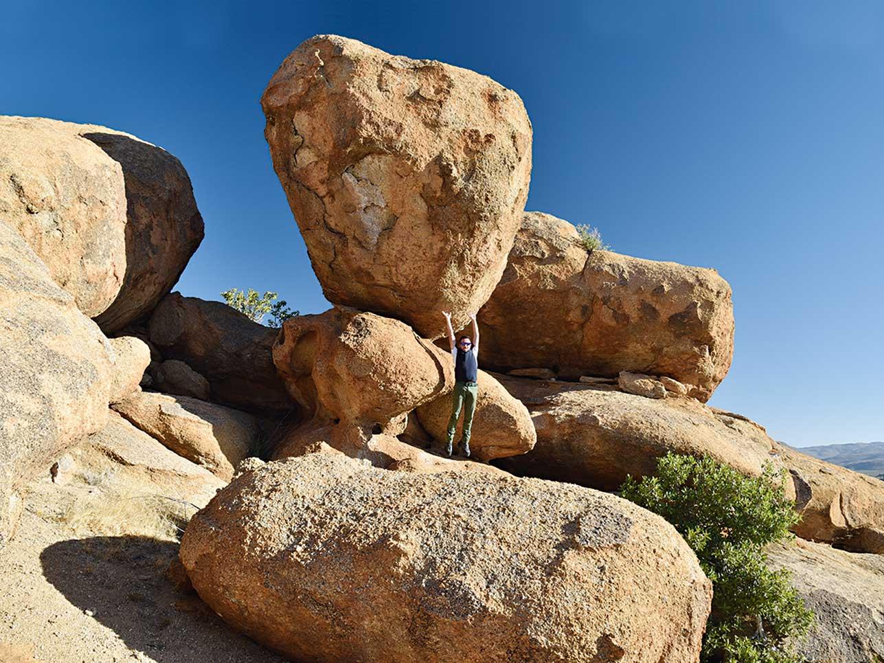 Am Fuße massiver Granitfelsen liegt die bezaubernd schöne Landschaft des Erongo.