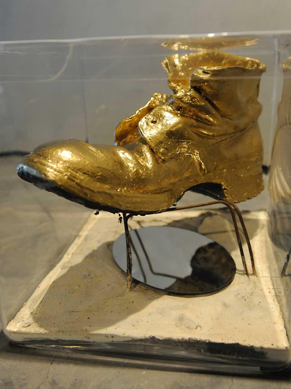Ausstellungsstück: Der Goldene Schritt. Symbolisiert den Schritt von der Idee zur Tat. Ein Lebensmotto von Reinhold Messner.