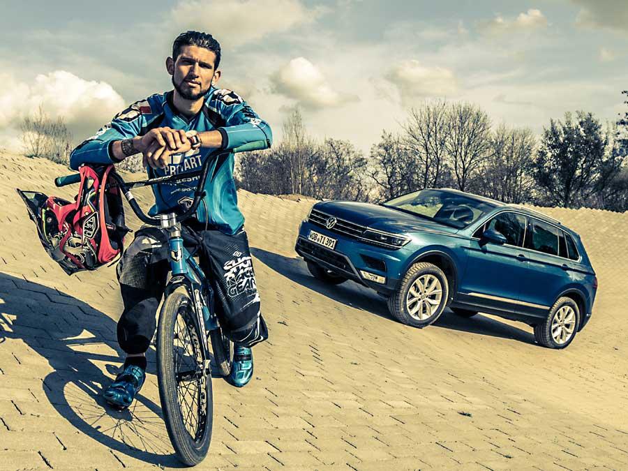 Der VW Tiguan ist in der Höhe geschrumpft, hat aber an Länge und Breite zugelegt. Für den BMX-Profi Alexandre Monleon ist er dennoch kein ernstzunehmendes Hindernis. Er springt locker drüber.