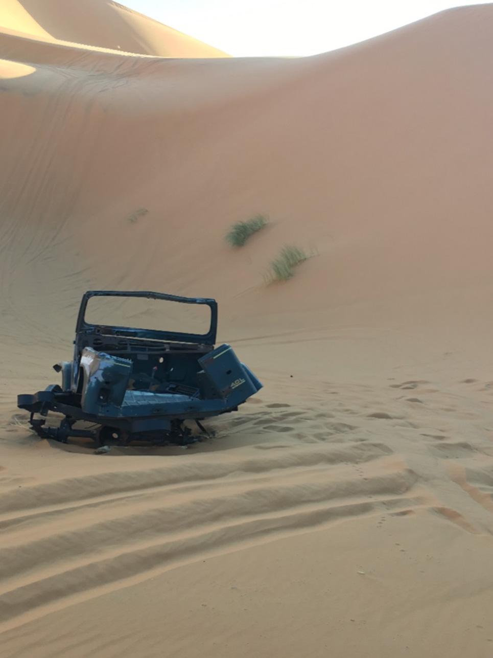 Begegnung des Tages: Mitten in der Wüste begegnete uns dieses Autowrack. Unser Guide erzählte uns, dass vor über 10 Jahren Touristen mit dem Jeep stecken bzw. liegen geblieben sind und dann einfach das Gefährt an Ort und Stelle zurück ließen.